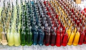 五颜六色的鸡尾酒,与秸杆的射击在小玻璃瓶 库存图片