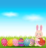 五颜六色的鸡蛋和兔宝宝复活节天贺卡的 免版税库存照片