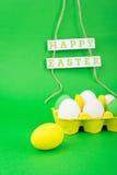五颜六色的鸡蛋和愉快的复活节装饰 免版税库存照片