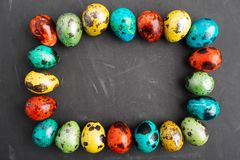 五颜六色的鹌鹑蛋框架复活节的 免版税库存照片