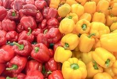 五颜六色的黄色&绿色甜椒的图片在市场上 图库摄影