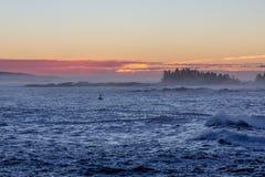 五颜六色的黎明前天空、海洋和浮体, Ucluelet,加拿大 免版税图库摄影