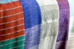 五颜六色的龙舌兰丝绸围巾在一个市场上在拉巴特 图库摄影