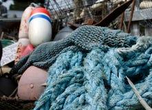 五颜六色的龙虾浮体和渔网堆  免版税库存图片