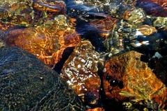 五颜六色的水下的岩石 免版税图库摄影
