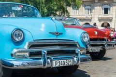 五颜六色的经典美国汽车在哈瓦那 免版税库存照片