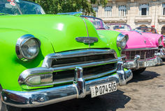 五颜六色的经典美国汽车在哈瓦那 库存照片