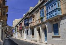 五颜六色的经典balcons在老城市 免版税库存图片
