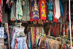 五颜六色的巴厘语布料待售 免版税库存照片