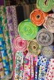 五颜六色的织品卷 库存图片