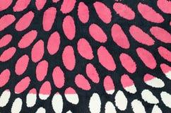 五颜六色的织品圈子作为一个黑和桃红色背景图象 免版税图库摄影