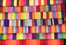 五颜六色的织品在市场上在Marocco 库存图片
