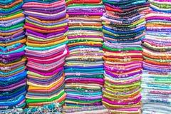 五颜六色的织品在市场上 免版税库存照片