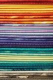 五颜六色的织品堆  免版税库存照片
