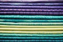 五颜六色的织品堆  免版税库存图片