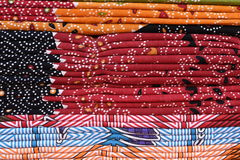 五颜六色的织品床单堆背景 免版税图库摄影