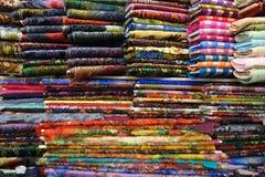 五颜六色的织品待售 免版税库存图片