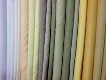 五颜六色的织品衣裳在商店的待售 库存图片
