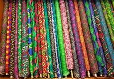 五颜六色的织地不很细美好的丝绸布料卷 免版税图库摄影