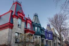 五颜六色的维多利亚女王时代的议院在方形的圣路易-蒙特利尔,魁北克,加拿大 免版税图库摄影