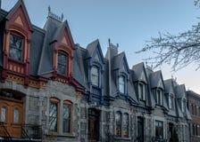 五颜六色的维多利亚女王时代的议院在方形的圣路易-蒙特利尔,魁北克,加拿大 库存图片