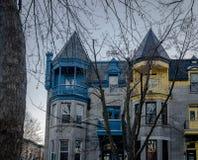五颜六色的维多利亚女王时代的议院在方形的圣路易-蒙特利尔,魁北克,加拿大 库存照片
