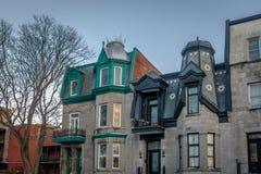 五颜六色的维多利亚女王时代的议院在方形的圣路易-蒙特利尔,魁北克,加拿大 免版税库存照片