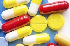 五颜六色的医学药片、药物和胶囊 免版税图库摄影