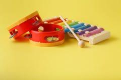 五颜六色的婴孩木琴用棍子 库存图片