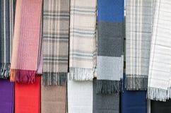 五颜六色的围巾在市场上 免版税库存图片