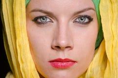 头戴五颜六色的头巾的严肃的妇女 库存照片
