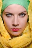 头戴五颜六色的头巾的严肃的妇女 免版税库存图片