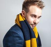 五颜六色的围巾的典雅&正面年轻英俊的人 演播室时尚画象 免版税库存图片