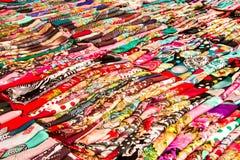 五颜六色的围巾行  免版税库存照片
