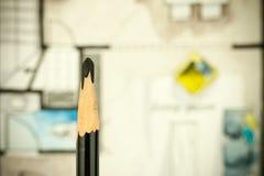 五颜六色的水彩水彩画建筑学内部剪影作为与一支艺术性的黑厚实的铅笔的背景在前面 图库摄影
