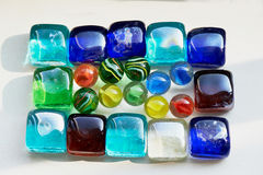 五颜六色的玻璃正方形和圆的石头 免版税库存图片