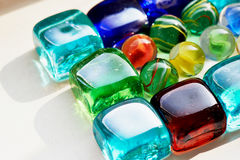 五颜六色的玻璃正方形和圆的石头 免版税库存照片