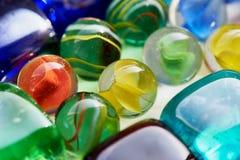 五颜六色的玻璃正方形和圆的石头 库存照片