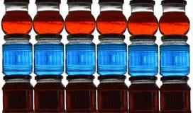 五颜六色的玻璃瓶子 免版税库存图片