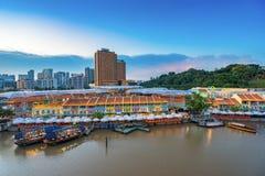 五颜六色的轻的大厦在晚上在克拉码头新加坡 库存图片