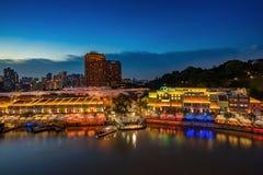 五颜六色的轻的大厦在晚上在克拉码头新加坡 免版税图库摄影