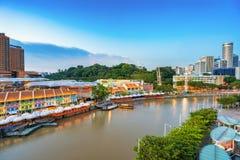 五颜六色的轻的大厦在晚上在克拉码头新加坡 库存照片