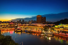 五颜六色的轻的大厦在晚上在克拉码头新加坡 免版税库存照片