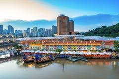 五颜六色的轻的大厦在晚上在克拉码头新加坡 免版税库存图片