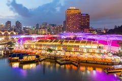 五颜六色的轻的大厦在晚上在克拉码头,新加坡 Clar 库存图片