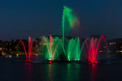 五颜六色的绿色和红色喷泉在晚上 免版税库存图片