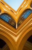 五颜六色的黄色大厦和蓝天与窗口 图库摄影