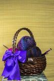 与紫色弓的毛线篮子 免版税库存图片