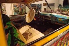 五颜六色的1950年薛佛列轿车驾驶低底盘汽车兜风者叫了我们的家用汽车  免版税库存照片