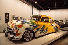 五颜六色的1950年薛佛列轿车驾驶低底盘汽车兜风者叫了我们的家用汽车  库存照片